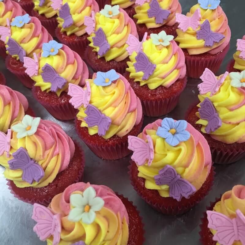 Aanerud bakeri - Cupcakes med farget krem og pynt
